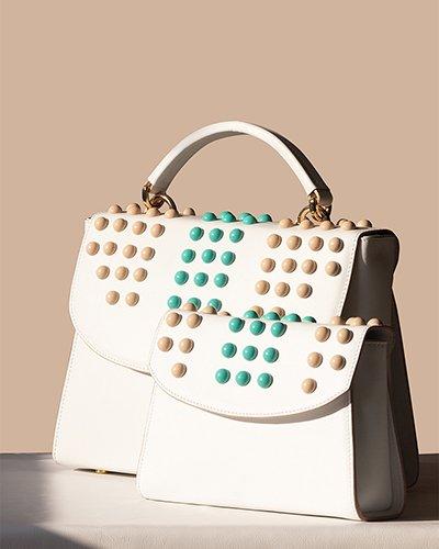 Kilesa ArtWork handbag o clutch in pelle bianca con borchie colorate