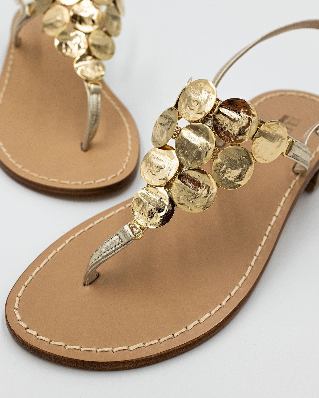 sandali oro in pelle con medaglioni in ottone